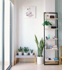 Met sommige elementen in huis kun je meerdere keren per jaar van interieur veranderen. Een mooi voorbeeld hiervan is slimme verlichting. De hedendaagse verlichting kun je namelijk van kleur laten veranderen met een app op je smartphone.