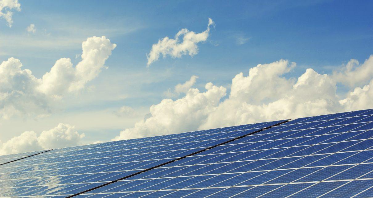 Gelukkig kun je tegenwoordig ook zonnepanelen huren. Daardoor kun je er dus voor zorgen dat je groene stroom verbruikt en bespaar je ook nog eens iedere maand op de kosten